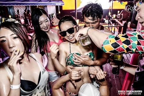 韓国のパリピギャルがイベントではじけてるセクシービキニ画像 13