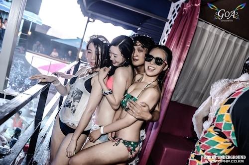 韓国のパリピギャルがイベントではじけてるセクシービキニ画像 14