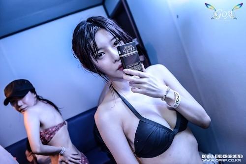 韓国のパリピギャルがイベントではじけてるセクシービキニ画像 16