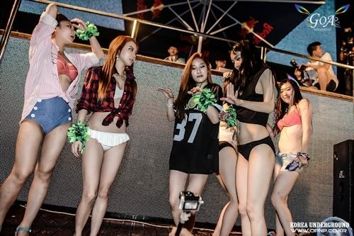 韓国のパリピギャルがイベントではじけてるセクシービキニ画像 19