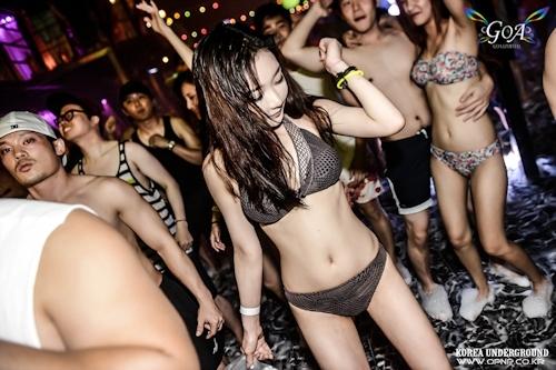 韓国のパリピギャルがイベントではじけてるセクシービキニ画像 20