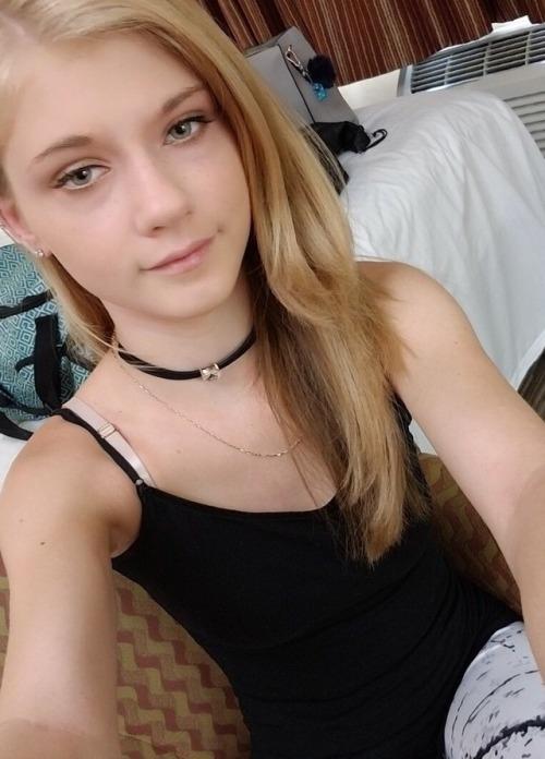 カナダの18歳金髪美少女の自分撮りヌード画像 2