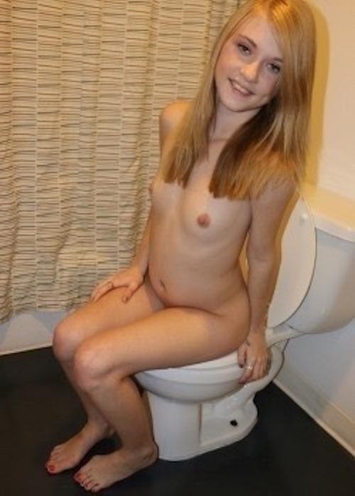 カナダの18歳金髪美少女の自分撮りヌード画像 13