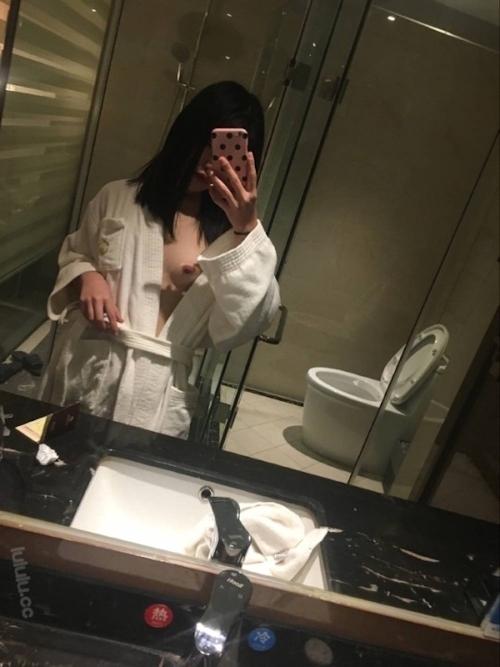 乳首ピアスに咥えタバコの美乳美少女がホテルで撮影したヌード画像 1