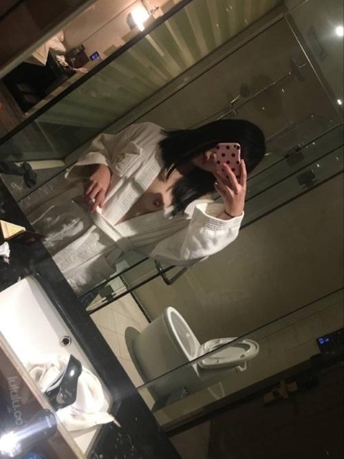 乳首ピアスに咥えタバコの美乳美少女がホテルで撮影したヌード画像 5