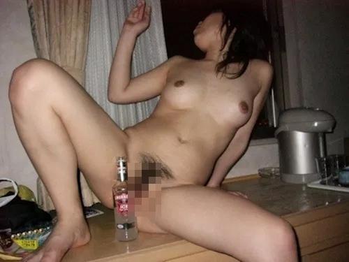 全裸で酒を飲んでる素人美女の流出ヌード画像 7