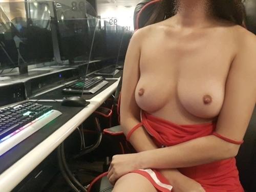 ネットカフェで彼女におっぱい出させてハメ撮りした画像 7