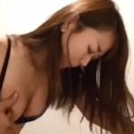 店のトイレで声を押し殺しながらバックでハメられてる素人美女のセックス動画