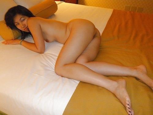 ホテルで露出プレイしてる素人美女のヌード画像 3
