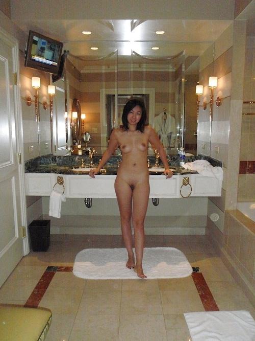 ホテルで露出プレイしてる素人美女のヌード画像 8