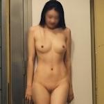 建物内で露出プレイしてるスタイルの良い中国美女のヌード画像