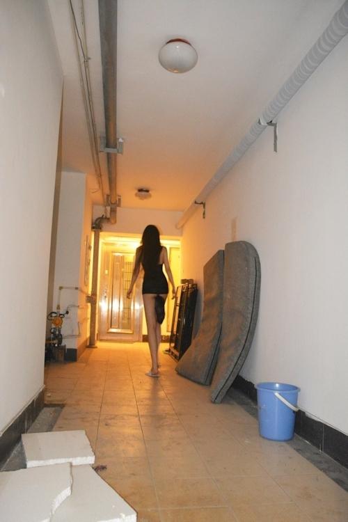 建物内で露出プレイしてるスタイルの良い中国美女のヌード画像 1