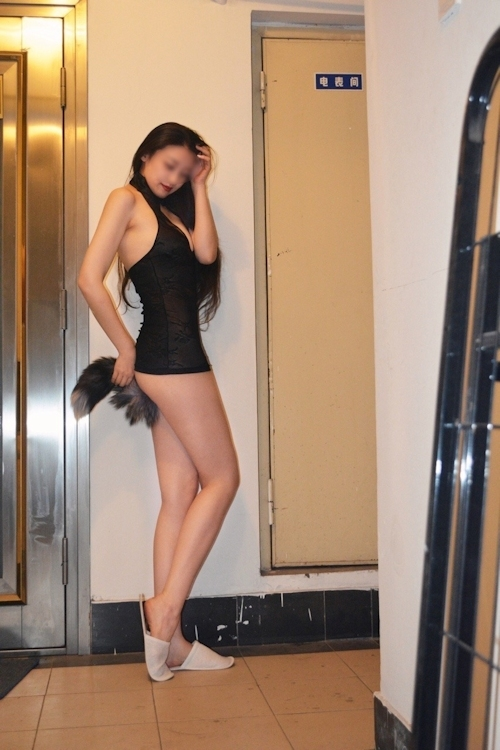 建物内で露出プレイしてるスタイルの良い中国美女のヌード画像 3