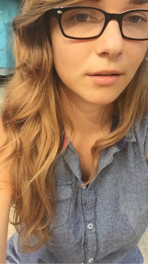 知的な西洋のメガネ素人美女の自分撮りヌード画像 2