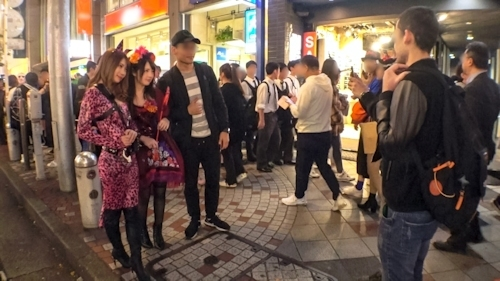 渋谷ハロウィン当日!大騒ぎ!逮捕者続出のさなか、仮装ナンパ師突入!ピンク女豹の巨乳ギャル&小悪魔セクシーな美女2人組にワンチャン狙いでグイグイ声掛けー!暴徒と化したパリピたちを横目に、ホテルで4P乱痴気騒ぎ!! 1