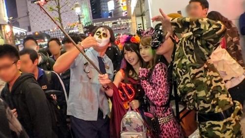 渋谷ハロウィン当日!大騒ぎ!逮捕者続出のさなか、仮装ナンパ師突入!ピンク女豹の巨乳ギャル&小悪魔セクシーな美女2人組にワンチャン狙いでグイグイ声掛けー!暴徒と化したパリピたちを横目に、ホテルで4P乱痴気騒ぎ!! 2