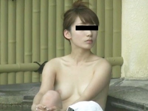 露天風呂で盗撮された?美乳な日本の素人美女のヌード画像 4