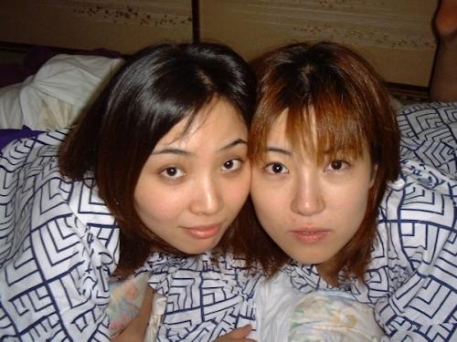 レズビアンカップルの素人美女2人が絡み合ってるヌード画像 7