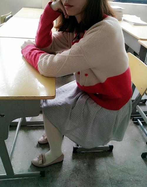 教室でおっぱいを出しちゃってる女子学生の露出プレイ画像 1