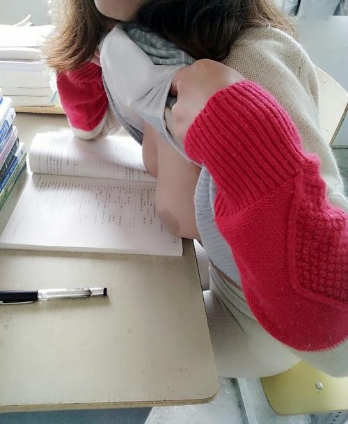 教室でおっぱいを出しちゃってる女子学生の露出プレイ画像 4