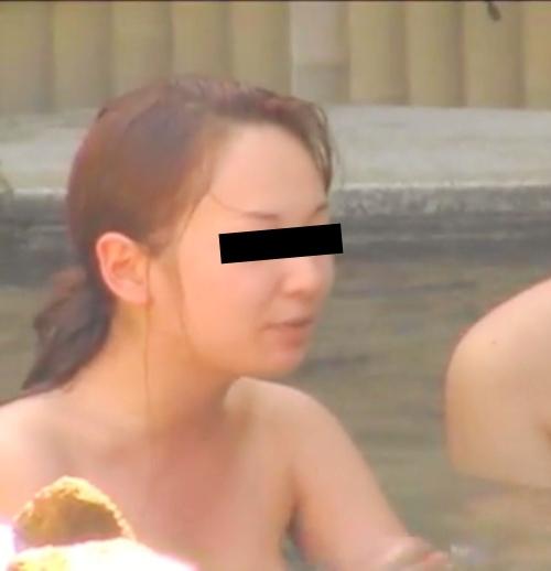 露天風呂で盗撮された?美微乳な日本の素人美女のヌード画像  1
