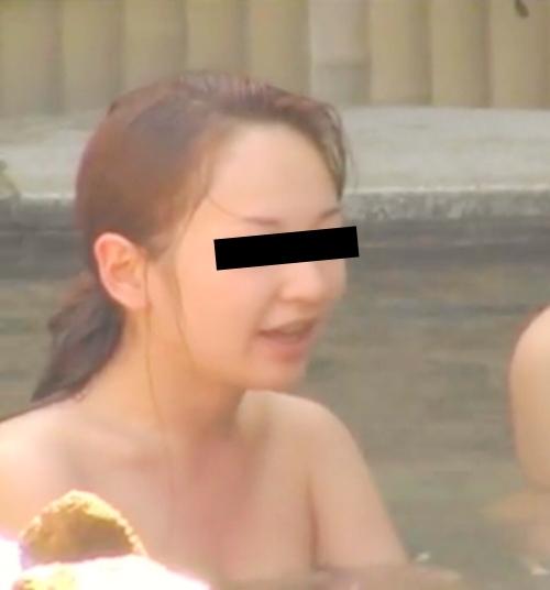 露天風呂で盗撮された?美微乳な日本の素人美女のヌード画像  2
