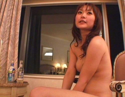 全裸で酒を飲んでる素人美女のヌード画像 5