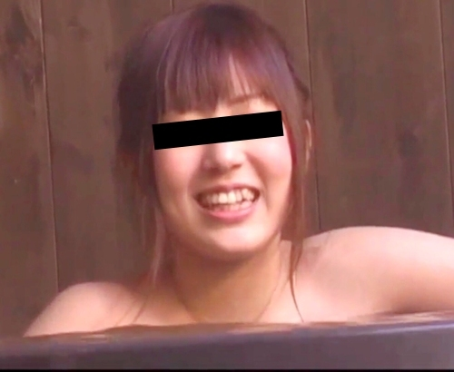 レズ? 若い女性2人が温泉でいちゃいちゃしている盗撮画像 2