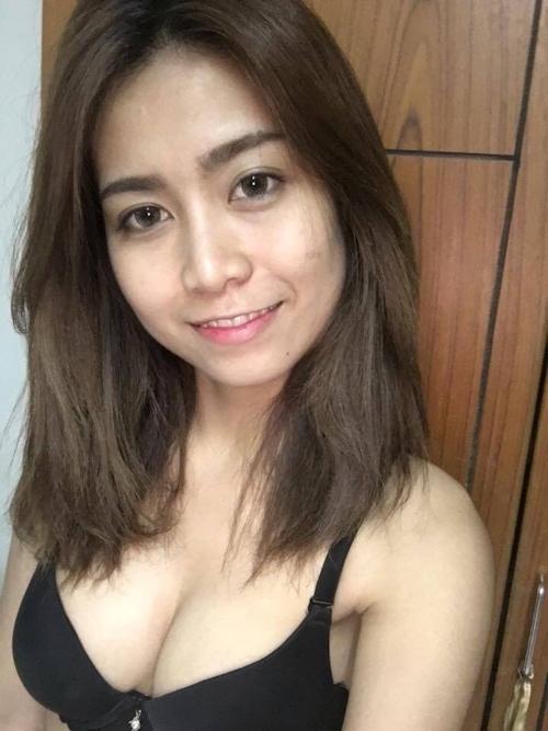 アジア系素人美女がiPhoneで自分撮りしたヌード画像 1