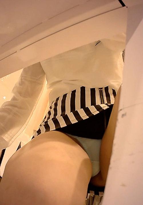 美人店員の食い込みパンティ盗撮画像 4