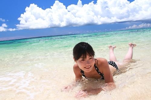 南国のビーチで全裸になって撮影したスレンダー美少女ヌード画像 1