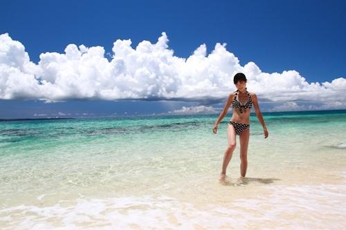 南国のビーチで全裸になって撮影したスレンダー美少女ヌード画像 2