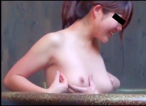 美乳な若い女性2人が温泉でレズプレイしてた盗撮画像  3