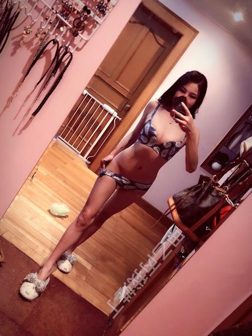 美乳なモデル系アジアン美女の自分撮りヌード画像 2