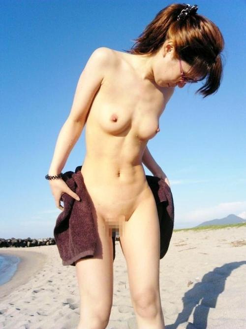 素人美女の野外露出ヌード画像 5