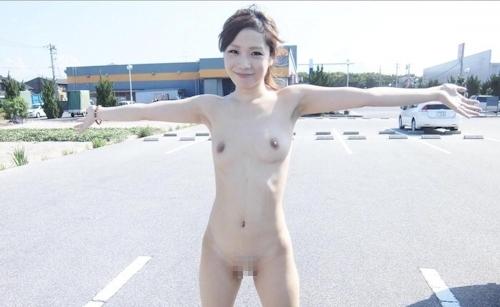 素人美女の野外露出ヌード画像 8