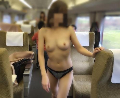 美乳女性が電車内でおっぱい露出してる画像 5