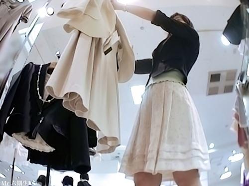 アパレルショップの美人店員のスカート内盗撮パンティ画像 3