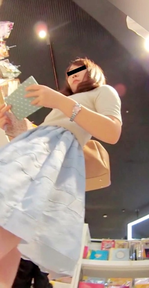 買い物中の素人美女のスカート内盗撮パンティ画像  1