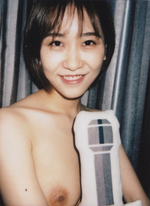美乳な素人美女をインスタントカメラで撮影したヌード画像 6