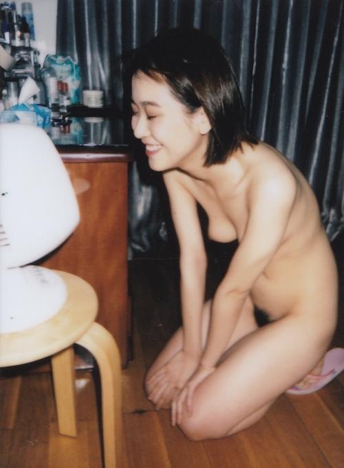 美乳な素人美女をインスタントカメラで撮影したヌード画像 7