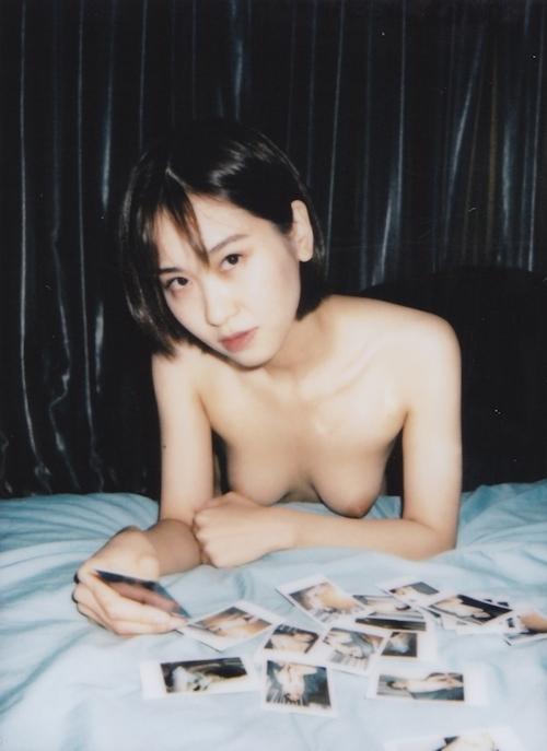 美乳な素人美女をインスタントカメラで撮影したヌード画像 9