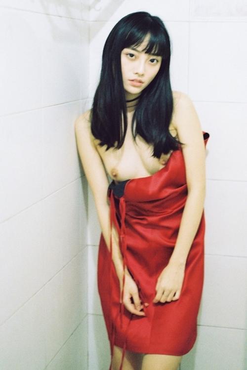ストレートロングヘアーの中国美女モデルのヌード画像 5