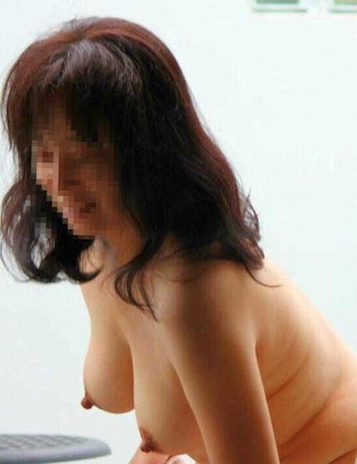 巨乳な熟女の温泉盗撮ヌード画像 3