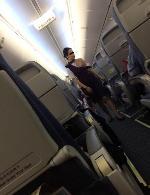 CAが乗客に制服を引き裂かれおっぱいポロリしちゃった画像!? 3