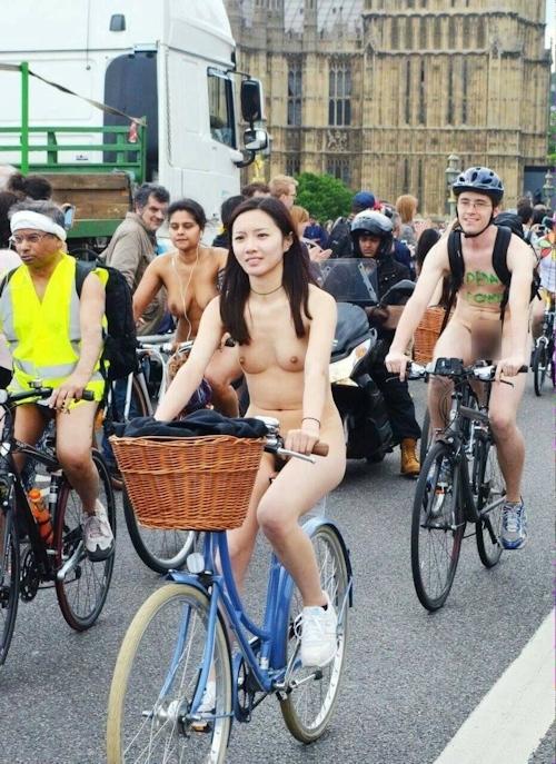全裸自転車イベントに参加してるアジアン美女のヌード画像 1
