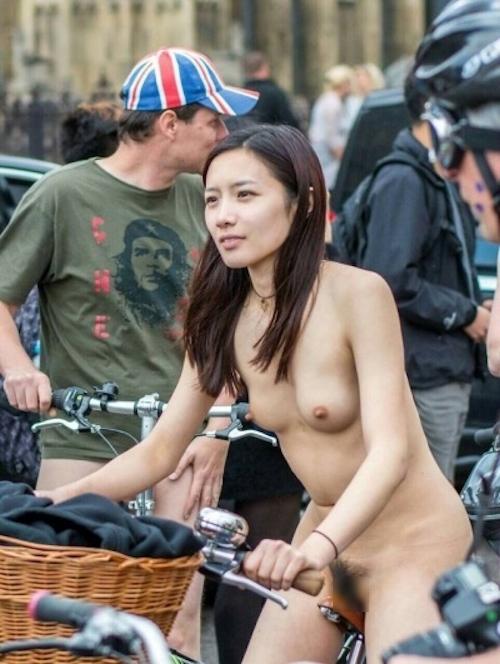 全裸自転車イベントに参加してるアジアン美女のヌード画像 2