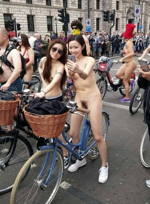 全裸自転車イベントに参加してるアジアン美女のヌード画像 4