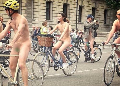全裸自転車イベントに参加してるアジアン美女のヌード画像 5