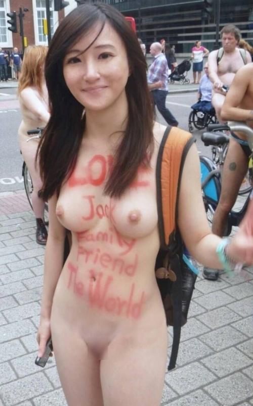 全裸自転車イベントに参加してるアジアン美女のヌード画像 6